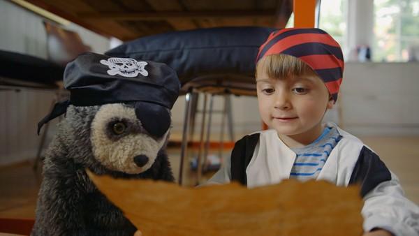 Norsk dramaserie. Barnevakt. Max skal ha barnevakt, men når pappa går har ikke Max noe lyst til å leke med barnevakten.