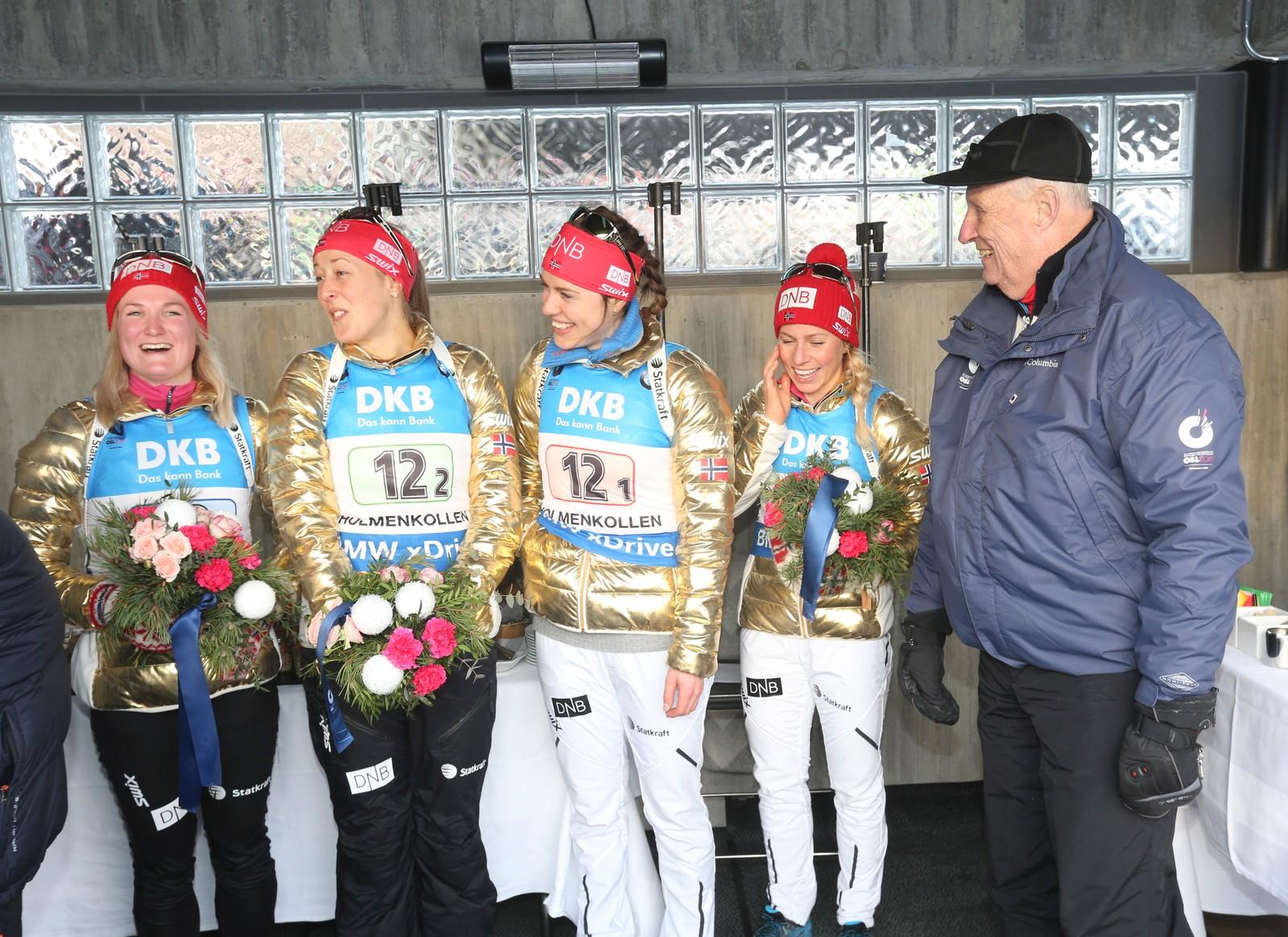 Stafett kvinner VM i skiskyting i Holmenkollen fredag. Kong Harald hilser på gullljentene, fra v. Marte Olsbu, Fanny Horn Birkeland, Synnøve Solemdal og Tiril Eckhoff.