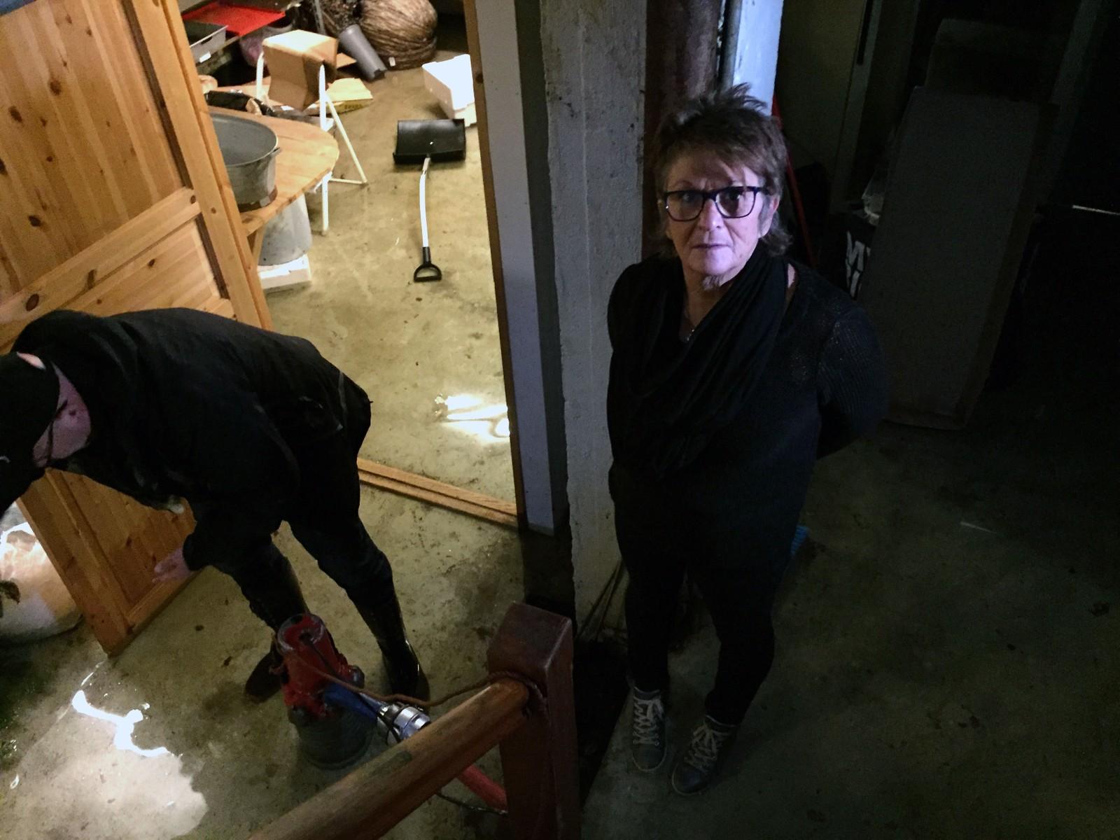 Anne-Marie Auro, medeier i butikken Blåveis, bivåner vannmengdene i butikkens kjeller.