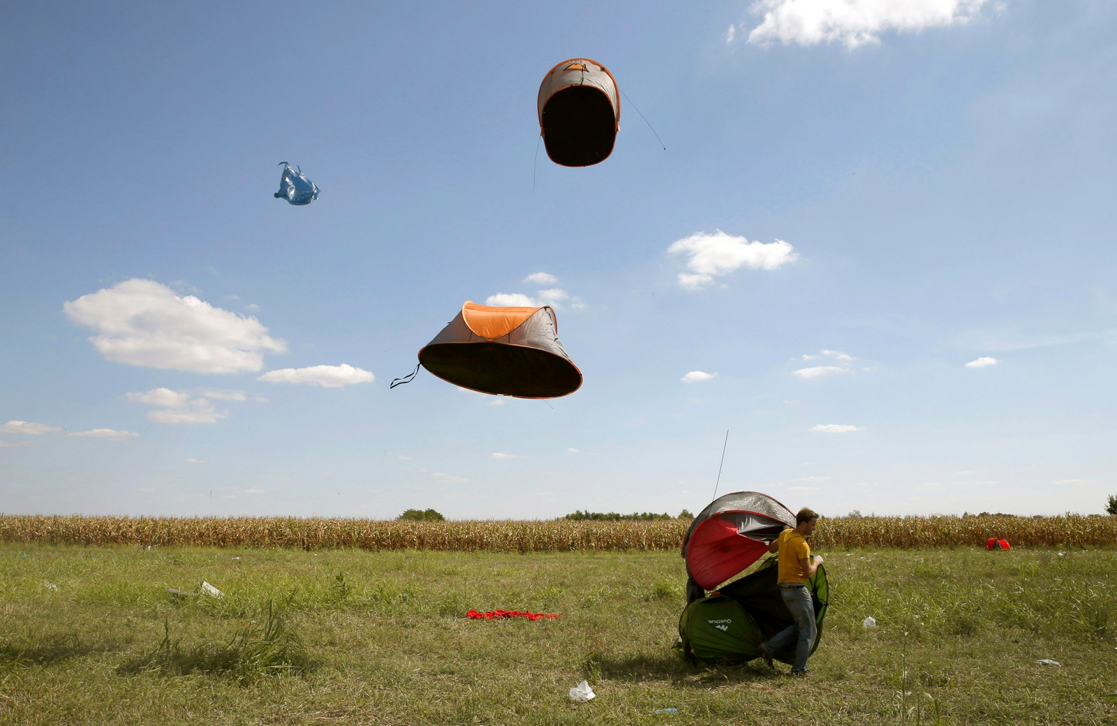 Sterk vind tok med seg teltene til en gruppe flyktninger i Ungarn denne uka.