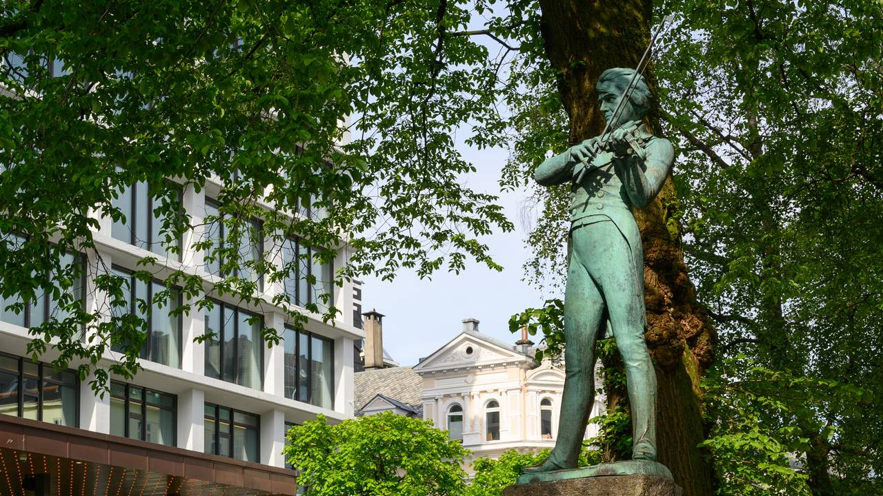 Ole Bull-statuen på Ole Bulls plass i Bergen. Skulpturen er laget av kunstner Stephan Sinding.