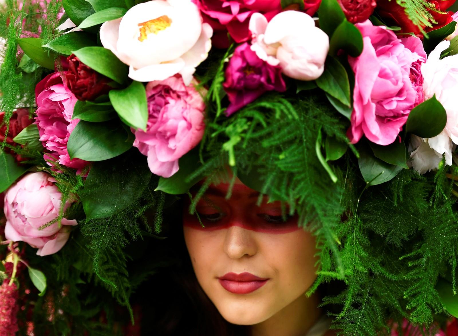 Et velluktende hodeplagg under den kjente hagemessen til Chelsea Flower Show i London.