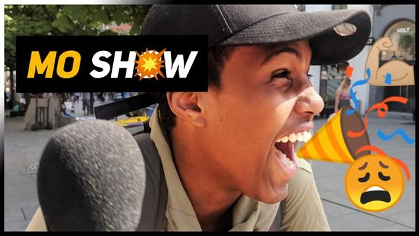 Mo fra dokumentaren KAMP har fått sin egen serie! Alt kan skje når han møter folk med mikrofonen.