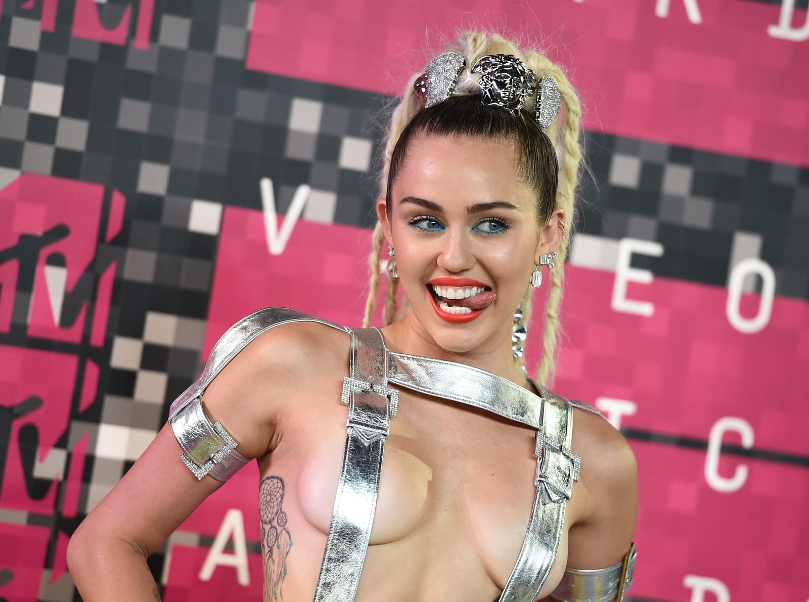 Miley Cyrus ledet MTV-showet og dukket opp i flere forskjellige antrekk. Her ankommer hun den røde løperen i Los Angeles.