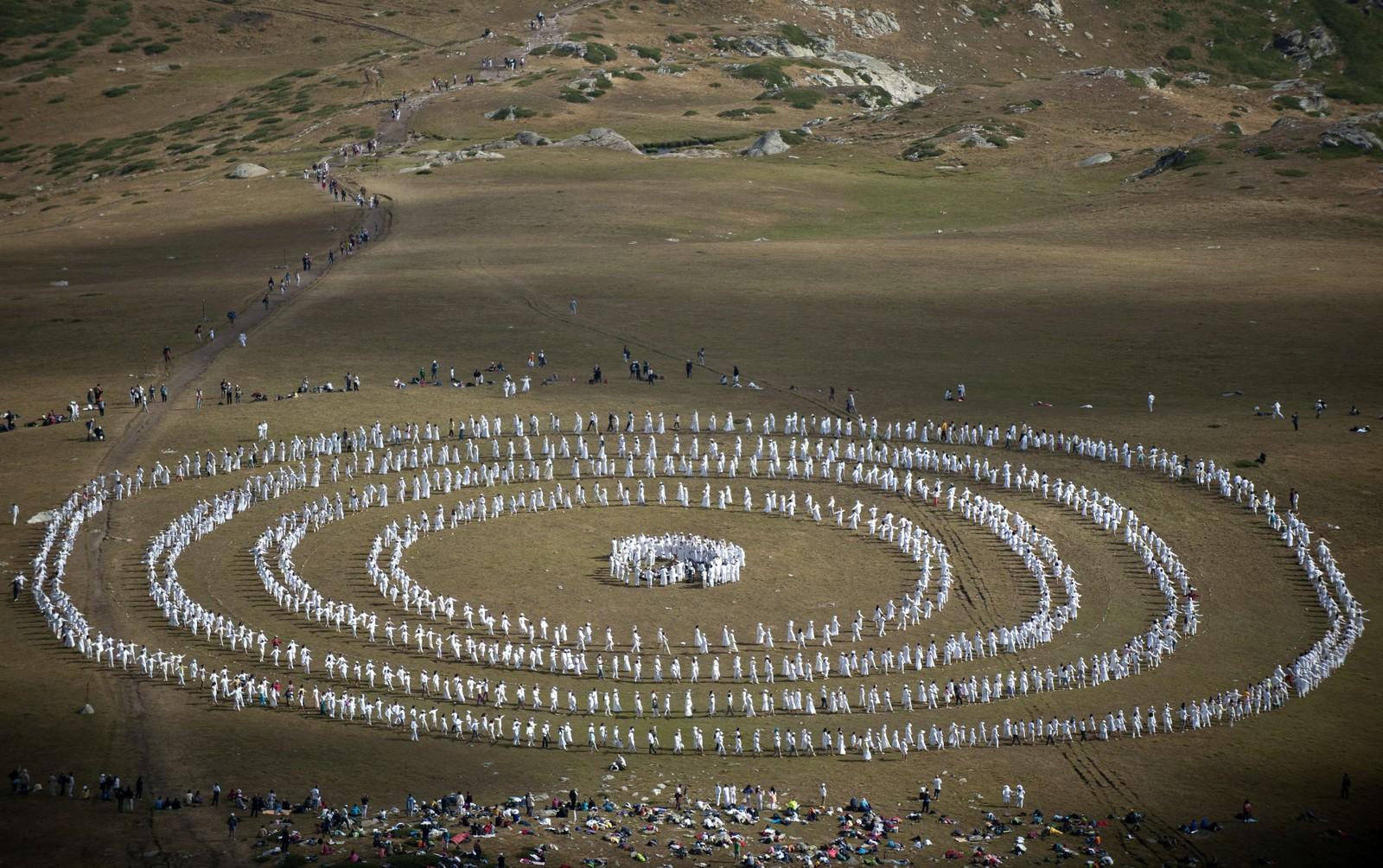 """1500 pilgrimmer var samlet i Bulgarias Rila-fjeller denne uka for å meditere, danse og markere starten på deres """"spirituelle"""" nye år. Den religiøste gruppa kaller seg det hvite brorskap og kombinerer deler av hinduismen og kristendommen i sin tro."""
