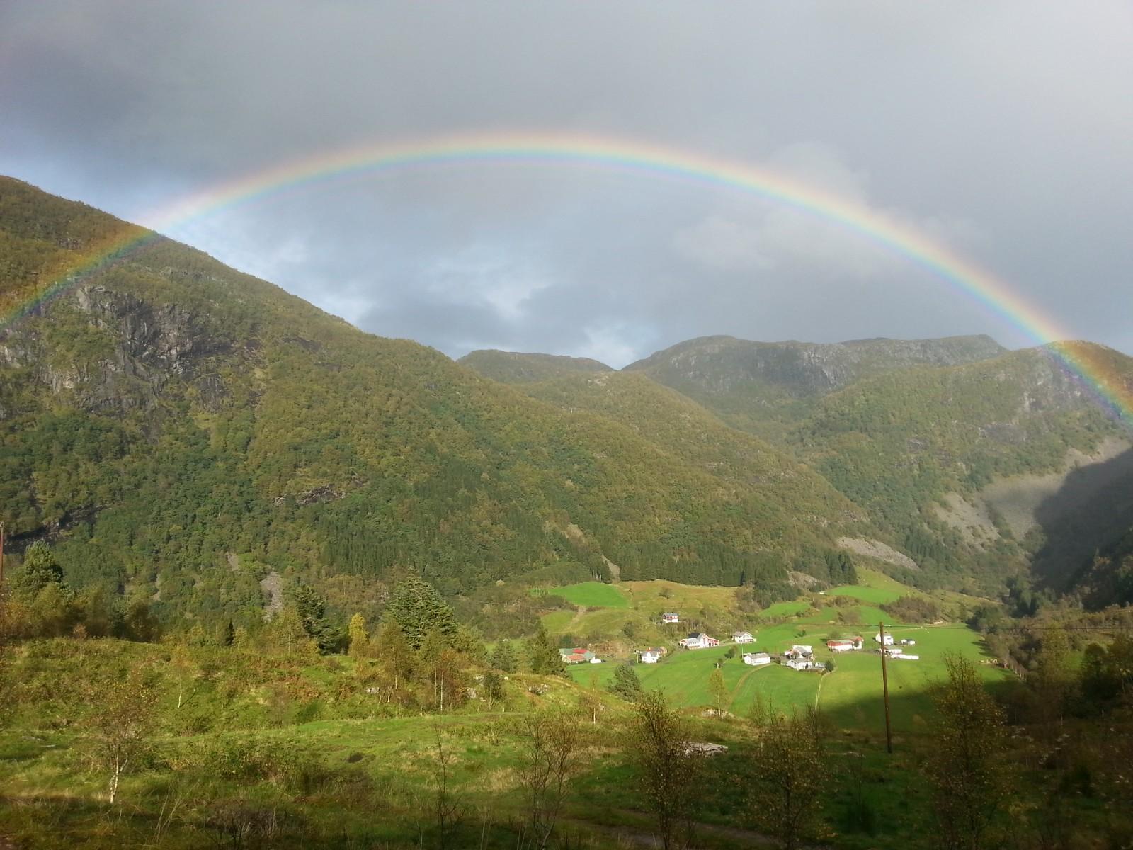 Regnboge over Redalen i Naustdal.
