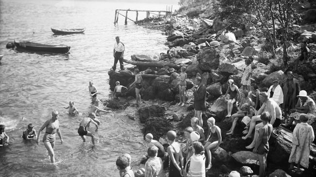 Yrande badeliv i Sandvika. Foto: Eugene Nordahl-Olsen. Eigar: Hydro/Fylkesarkivet i Sogn og Fjordane.