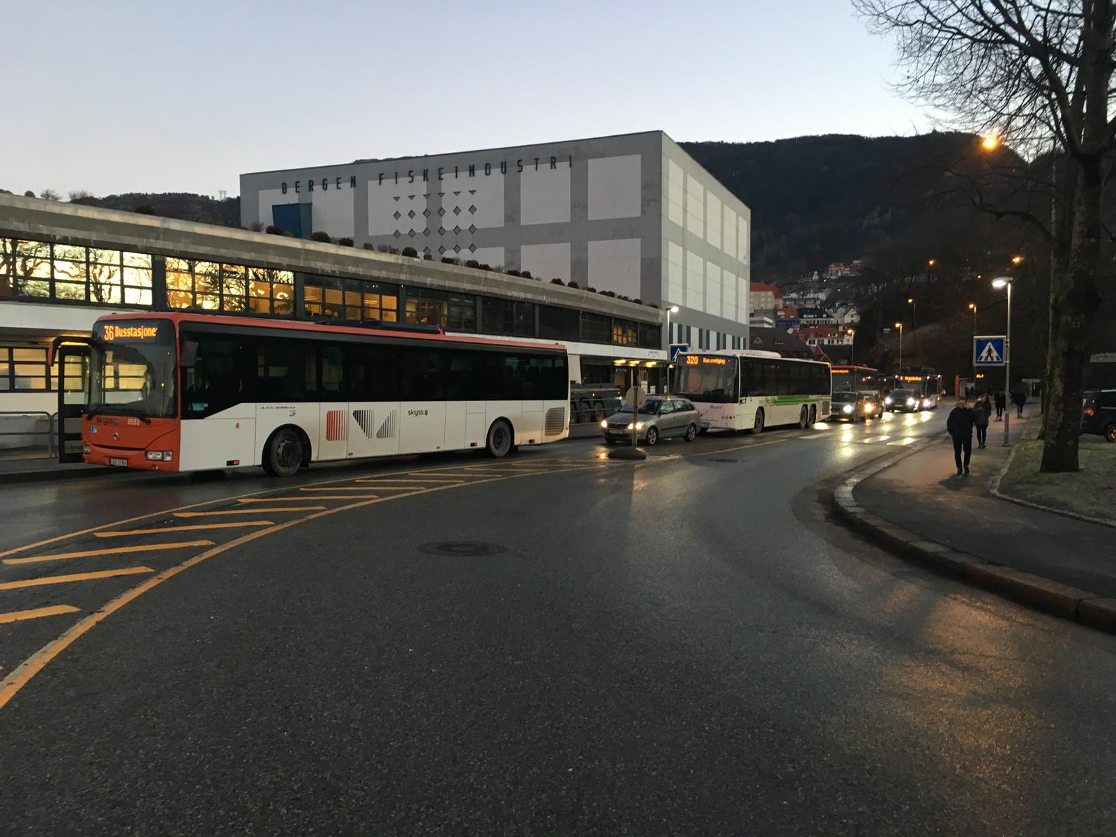 Busser i kø i Sandviken.