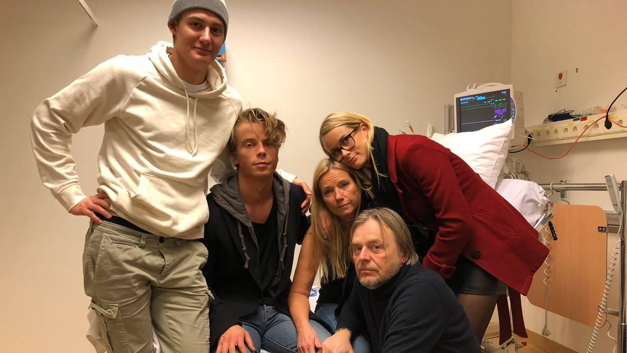 Familien sammen på sykehuset før lungetransplantasjonen.