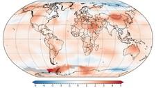 SLIK FORDELTE VARMEN SEG I JULI: De røde områdene viser steder som har hatt temperaturer over normalen i juli. Jo mørkere rødfarge, jo større er avviket. Blå farge betyr temperatur under normalen.