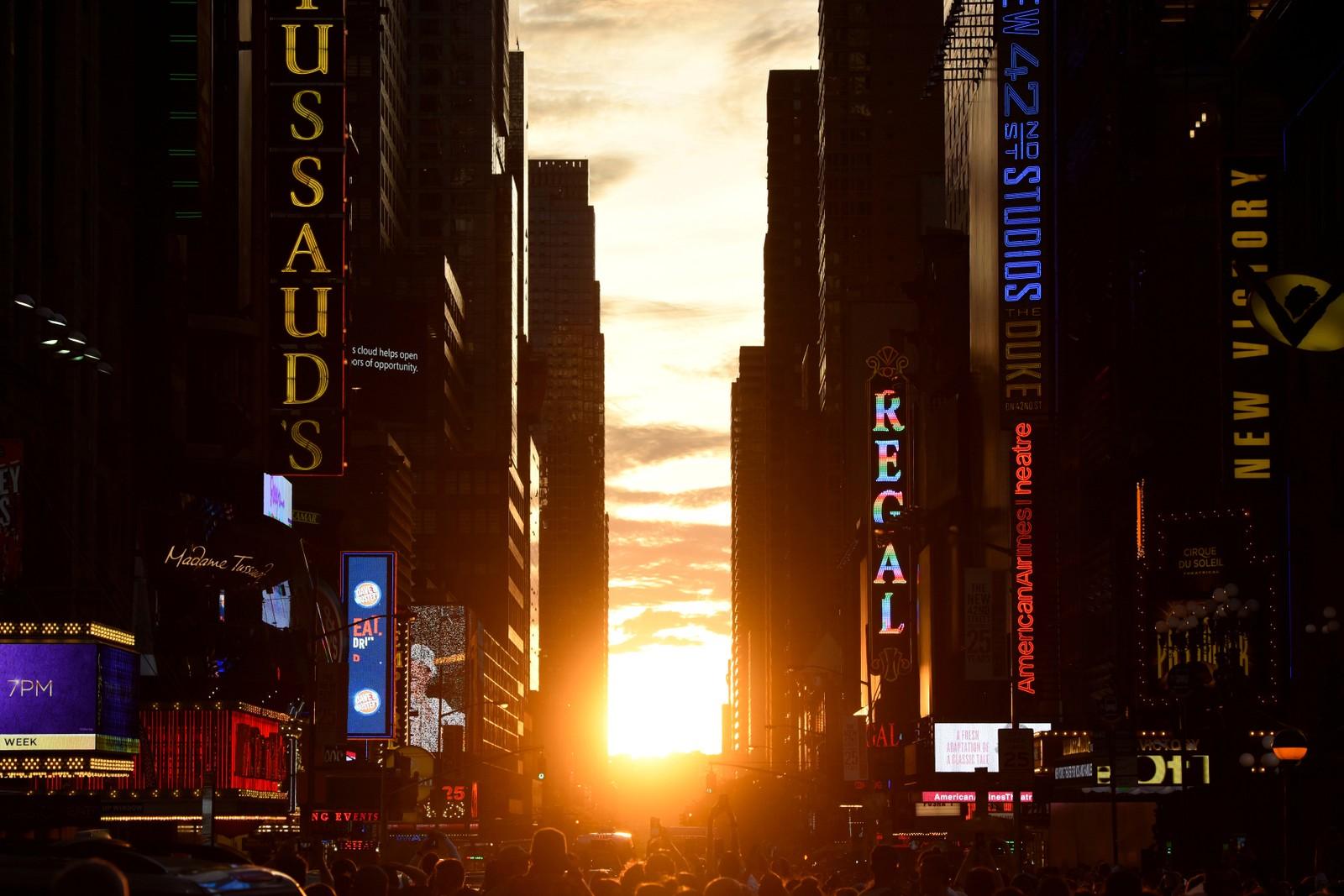 """Solen går ned i Manhattan i New York 12 juli, og ligger helt jevnt med gaten. Fenomenet er kjent som """"Manhattanhenge"""". Dette skjer to ganger i året, rundt 28. mai og rundt 12. juli."""