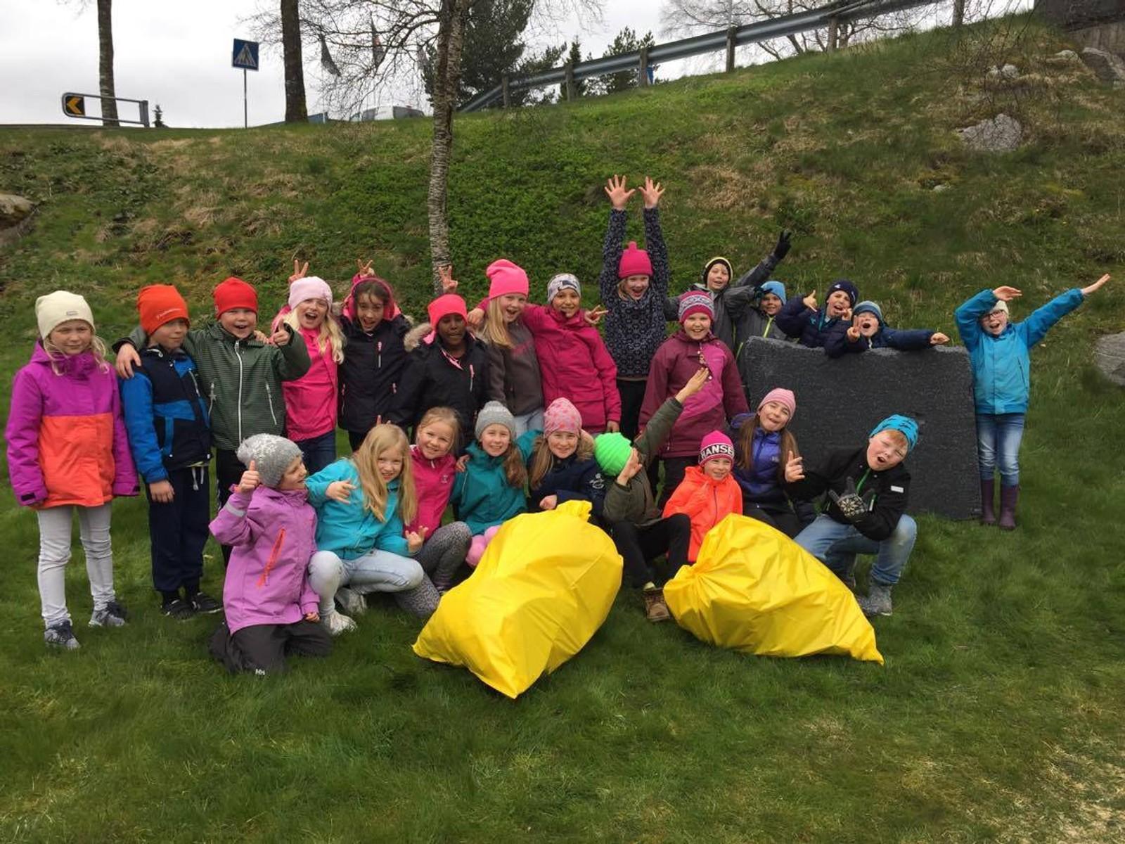 Hele skolen på Bærland stilte opp for å rydde i dag.