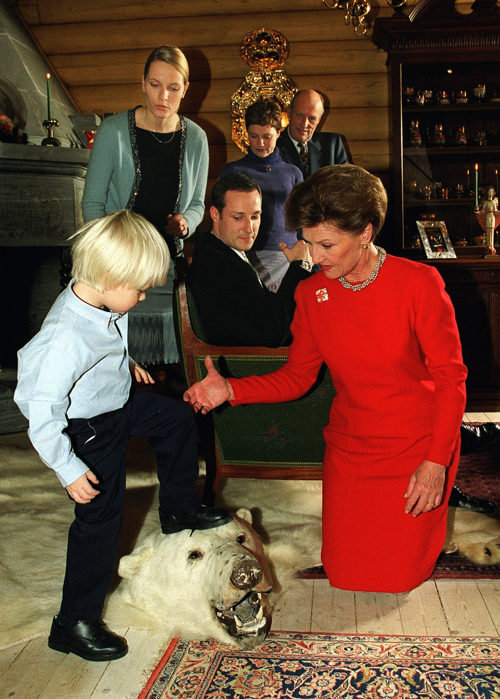 3 år gamle Marius ville vise dronning Sonja tennene til isbjørnen som pryder gulvet i peisestua på Kongsseteren.