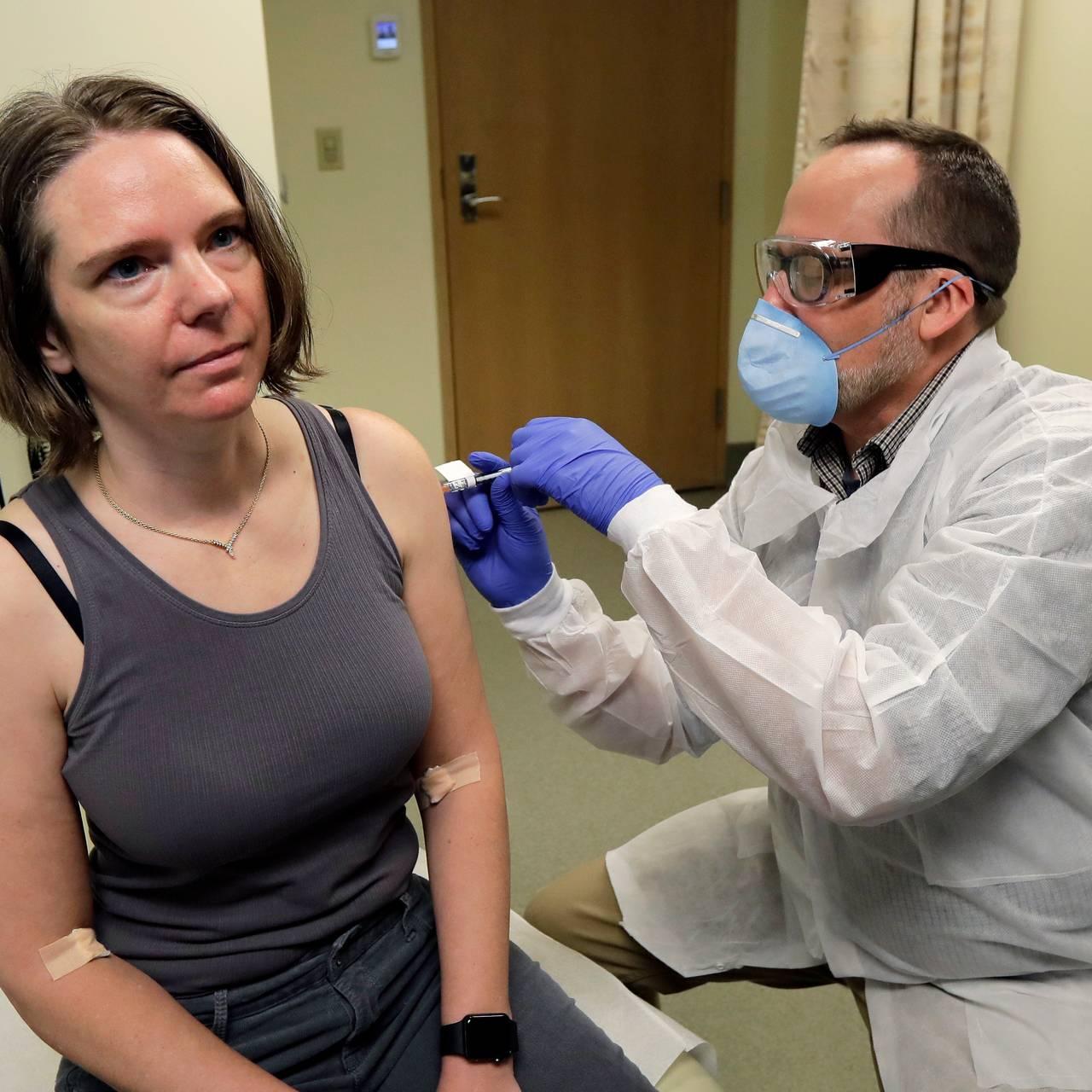 Farmasøyt gir Jennifer Haller den første utprøvingen av en  mulig vaksine mot koronaviruset Covid-19 i Seattle, 16. mars.