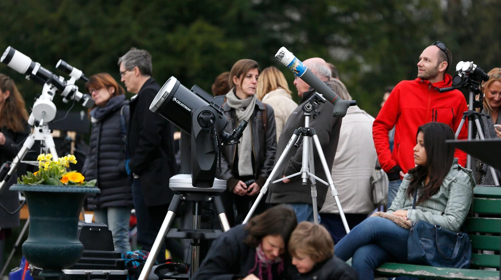Folk venter på formørkelsen i Geneve.