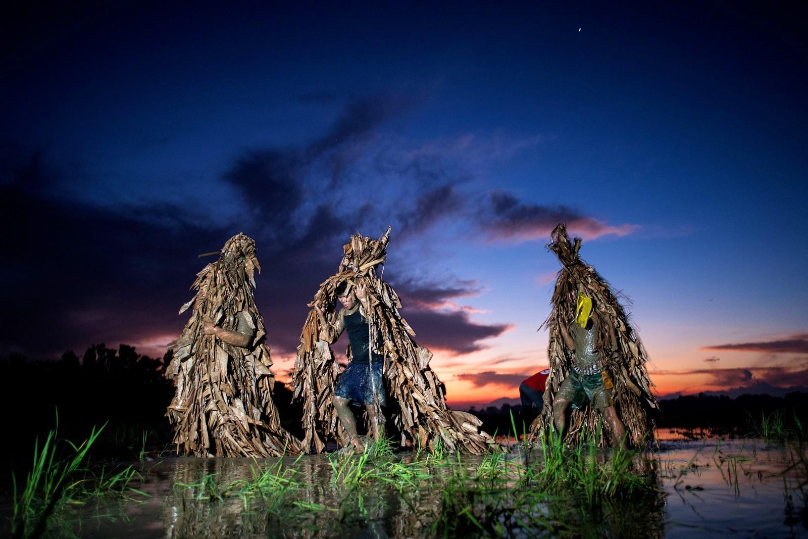 """Vi er fremdeles med på feiringen av Johannes, men nå er vi nord for Manila på Filippinene hvor de kler seg ut med bananblader før de går til kirken. Lokalt er festivalen også kjent som """"gjørmefolkets festival."""""""