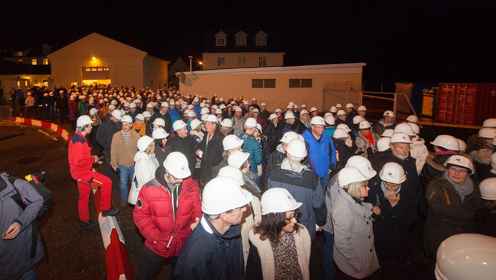 FULLT FABRIKKLOKALE: Folk strauma på til den utselde konserten.