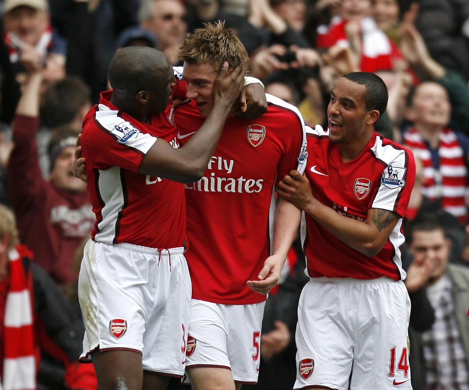 CAMPBELL: Nikcklas Bendtner feirer sammen med Sol Campbell (v.) og Theo Walcott (h.) etter å ha scoret mot Wolverhamton i Premier League i 2010.
