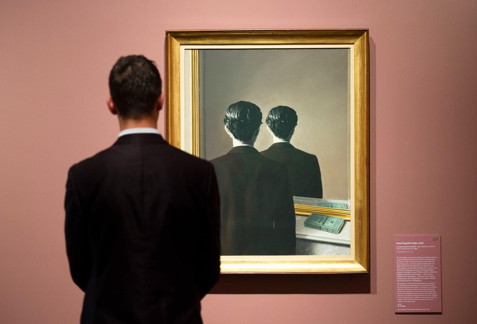"""En mann ser på verket """"Not to be Reproduced"""" av René Magritte ved Hamburger Kunsthalle i Hamburg i Tyskland."""