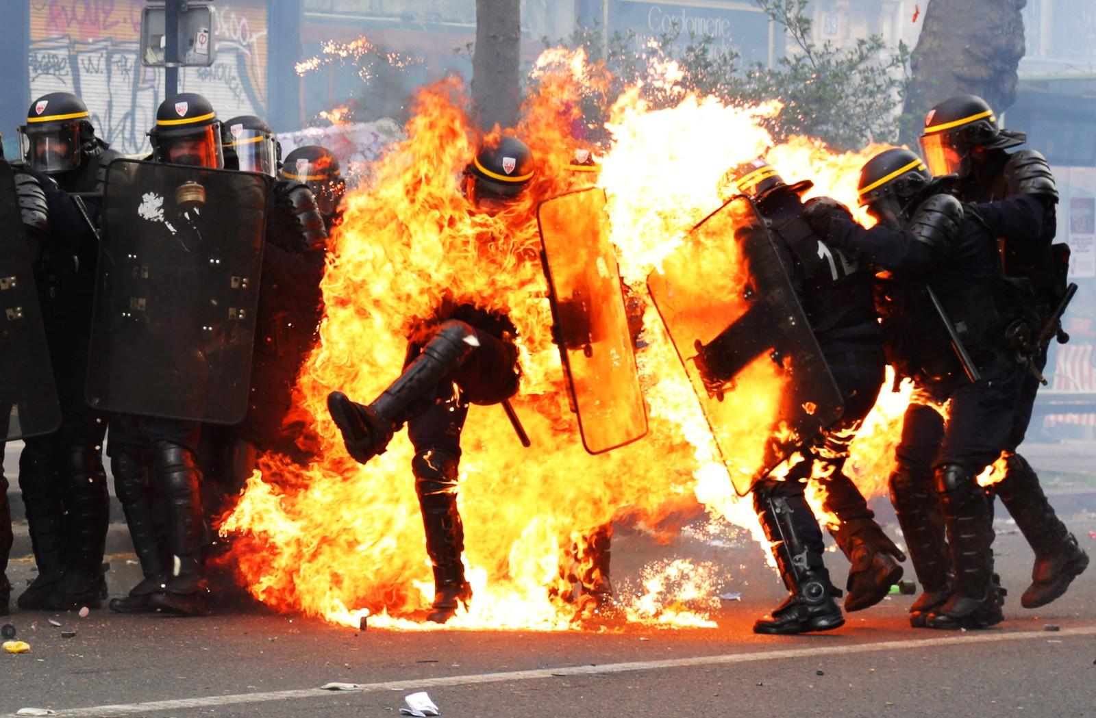 Fransk antiopprørspoliti blir møtt av molotovcocktails under 1. mai-markeringen i Paris. Fire ble skadet under demonstrasjonen.