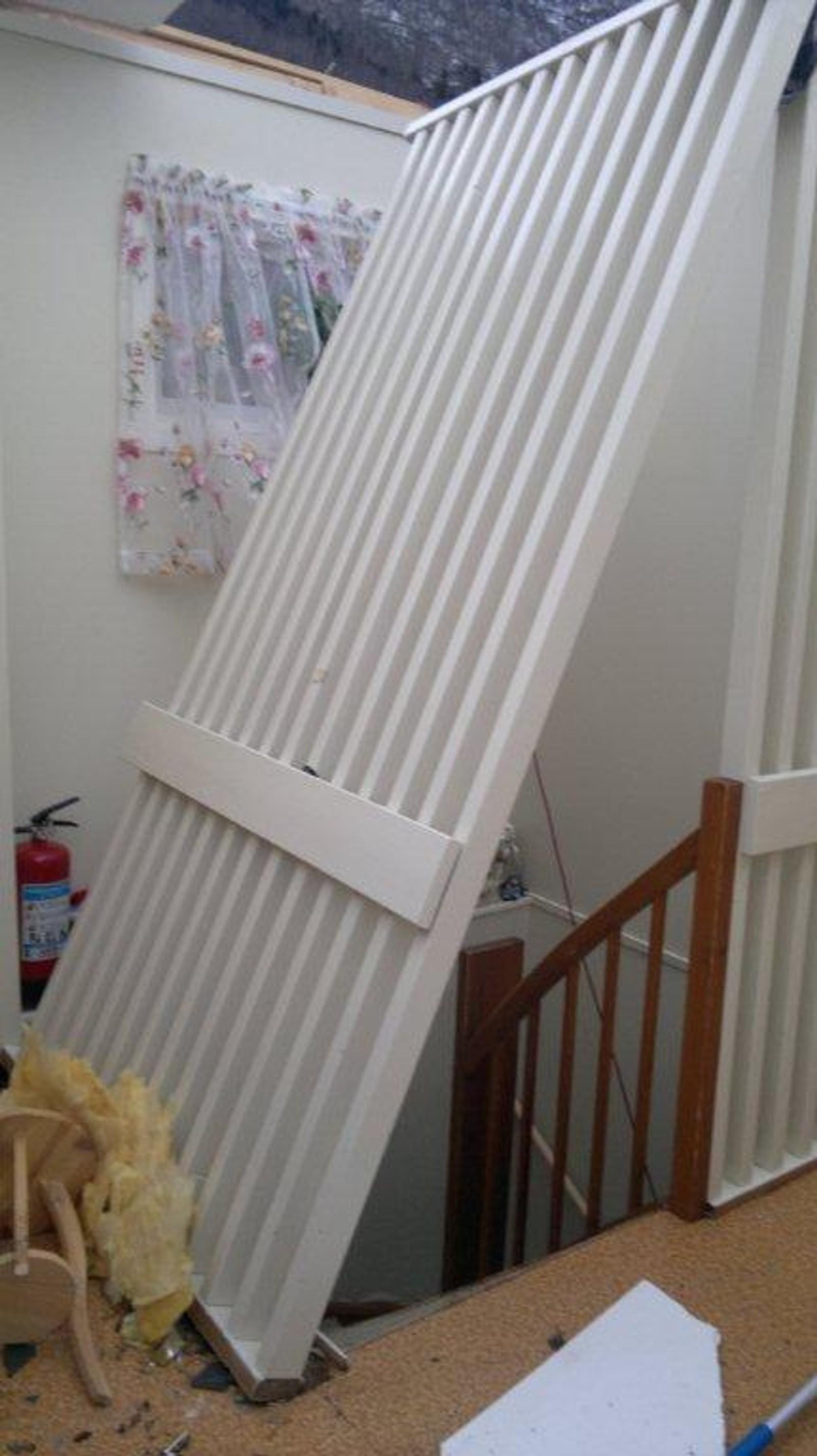 Då Dagmar bles av taket hadde ikkje lenger veggen i trappeoppgangen noko å henge fast i.