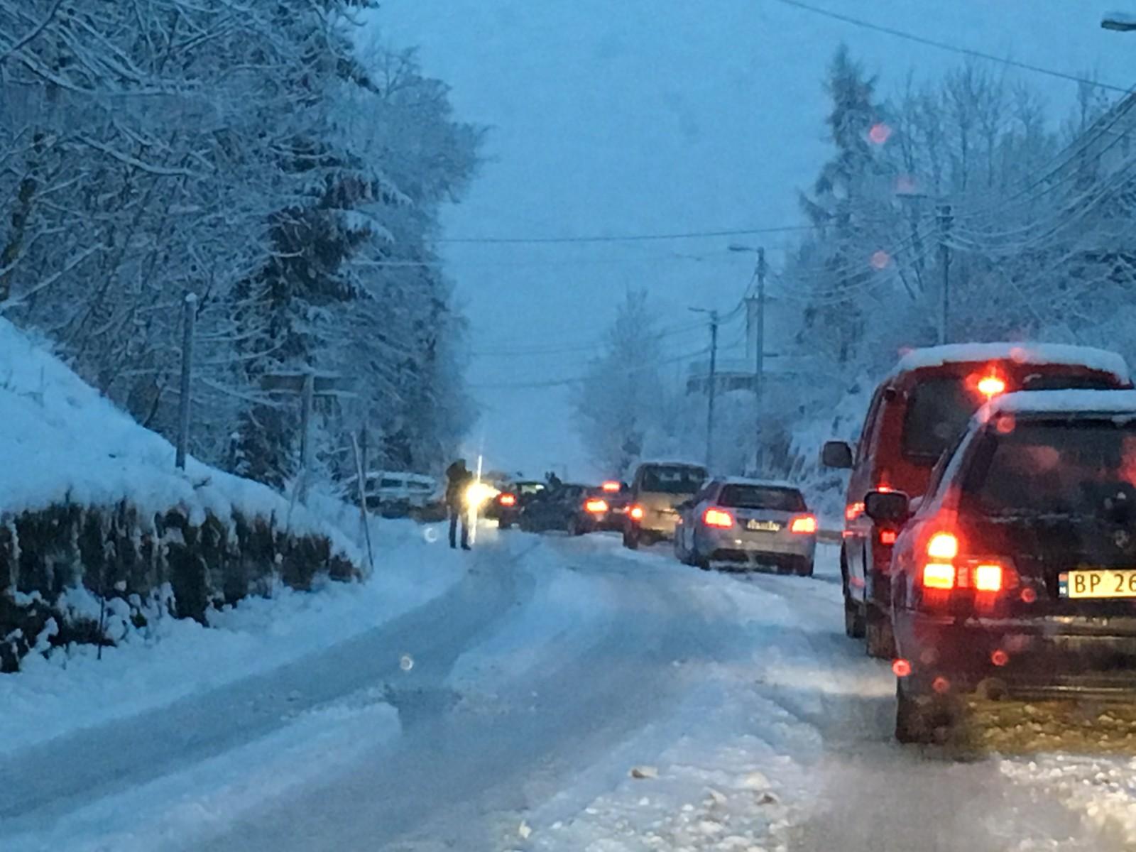 Flere biler har store problemer med å ta seg opp bakken sørover fra Grimesvingene til Helldal på Hardangervegen.