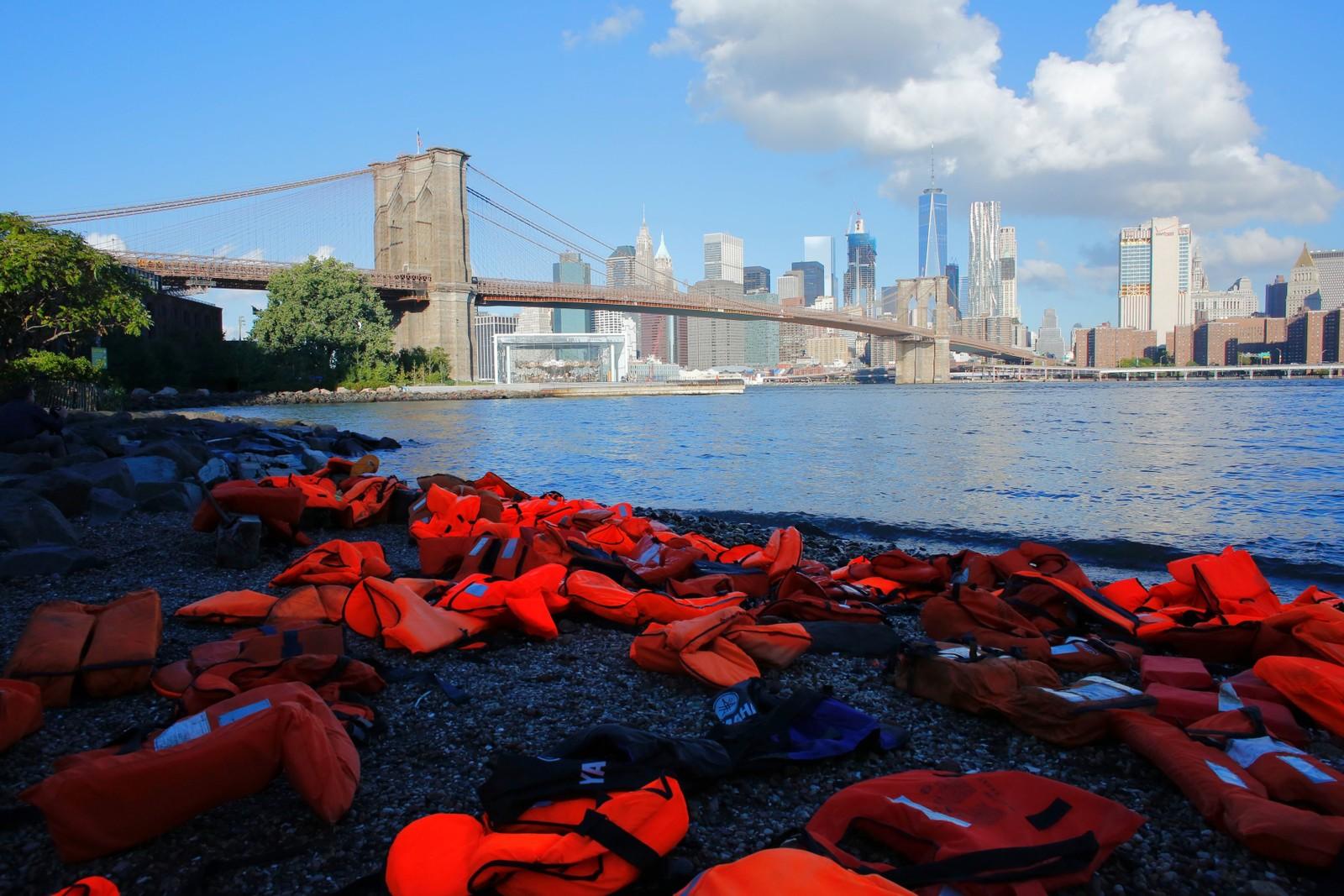 Redningsvester som er samlet sammen fra strendene på øya Chios i Hellas ble lagt utover i Brooklyn Bridge Park i New York i forkant av FN-møtet om flyktninger og migranter 16. september.