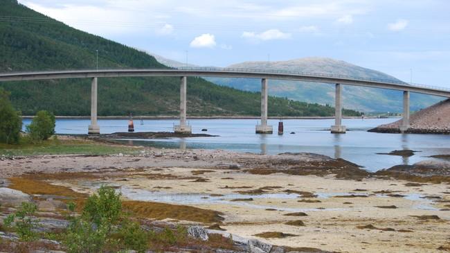 RAMSUNDBRUA er 240 meter lang, med et lengste spenn på 36 meter. Den ble åpnet i 1986. Foto: Billy Jacobsen / NRK