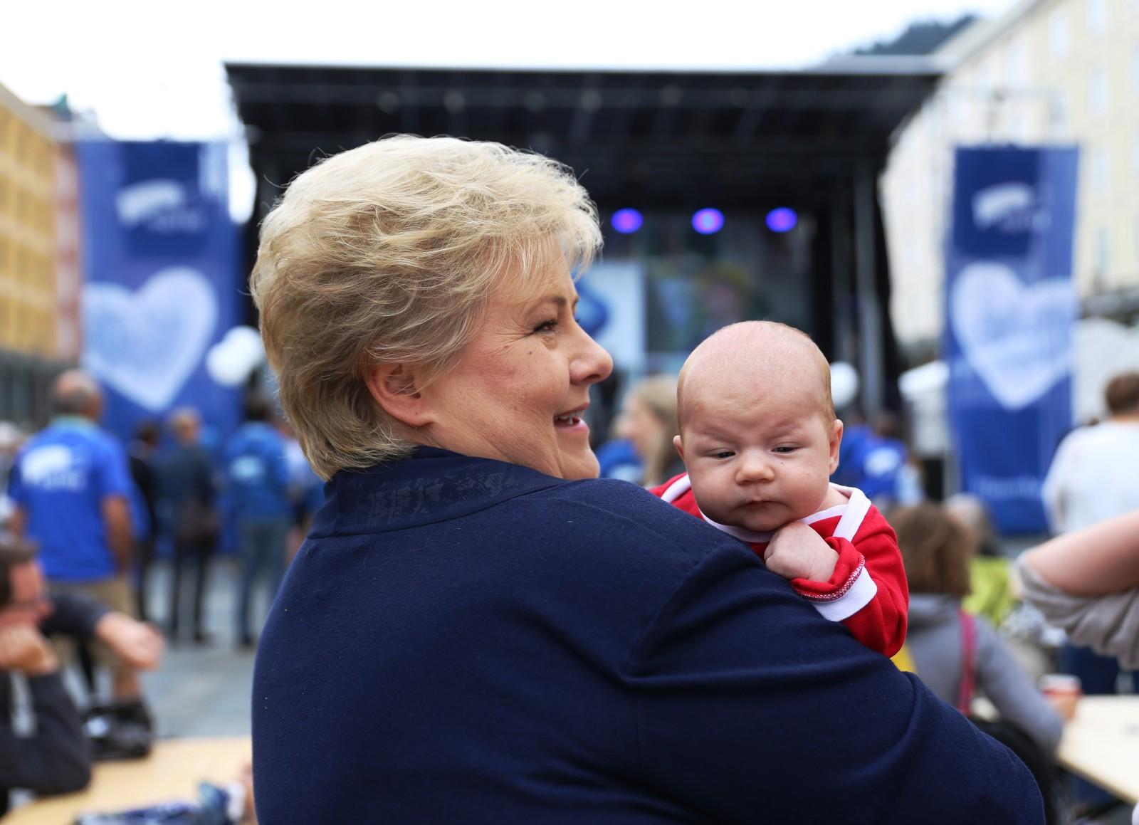 Statsminister Erna Solberg møtte både store og små under Høyres valgåpning på Torgallmenningen i Bergen.