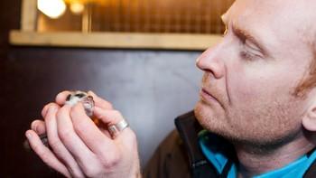 Rolf Arne Ølberg med surikatbaby