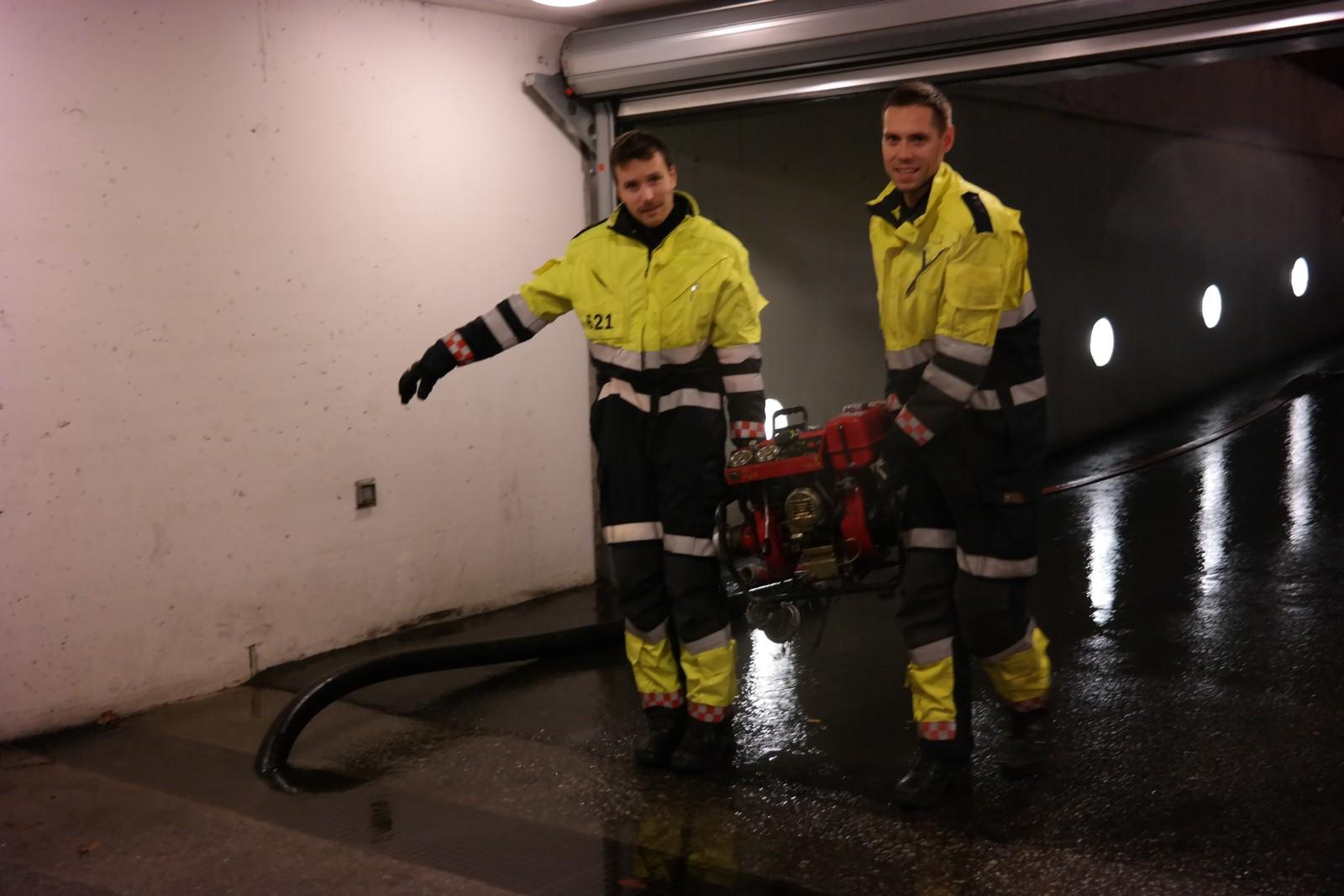 LANG NATT: Mannskap frå brannvesenet i sving i kjellaren på Åsane senter.