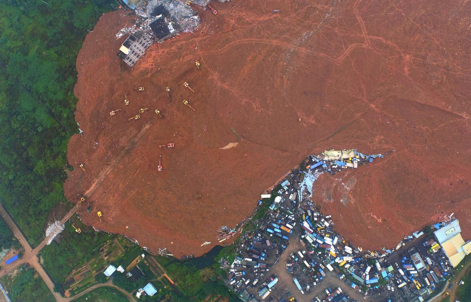 Jord og gjørme dekkjer eit enormt område i byen Shenzhen.