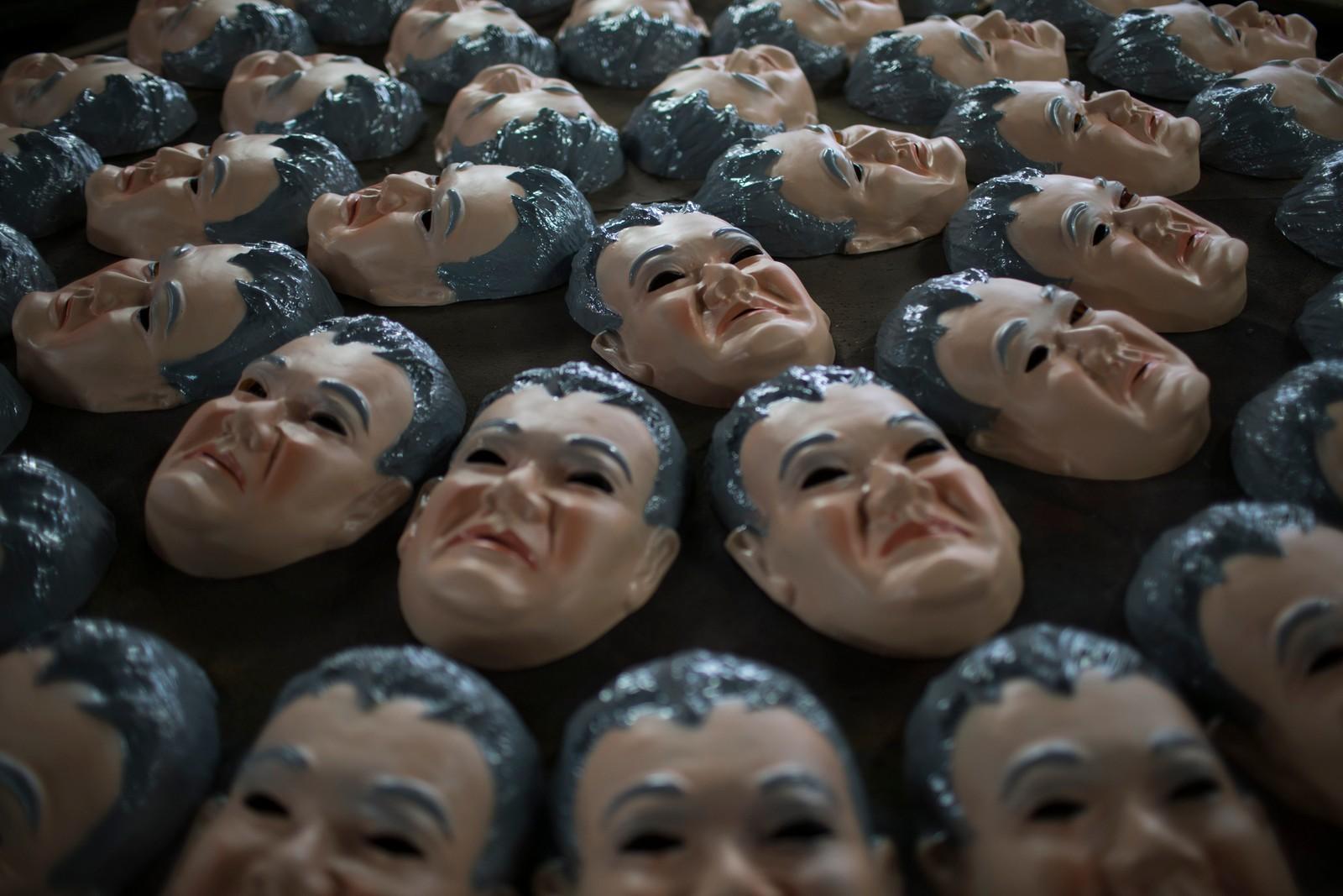 I Brasil er fabrikken Condal kjent for å lage masker som ligner politikere og andre som setter farge på nyhetsbildet. Her er en samling masker av politimannen Newton Ishii, kjent for å ha arrestert flere politikere og andre i en korrupsjonsskandale i oljeselskapet Petrobras.