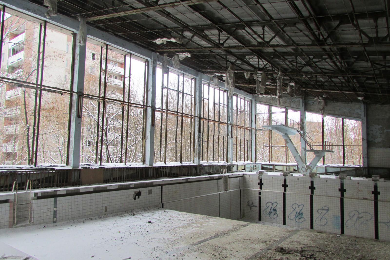 Vinterstid skinner den golde vinteren inn i svømmehallen.
