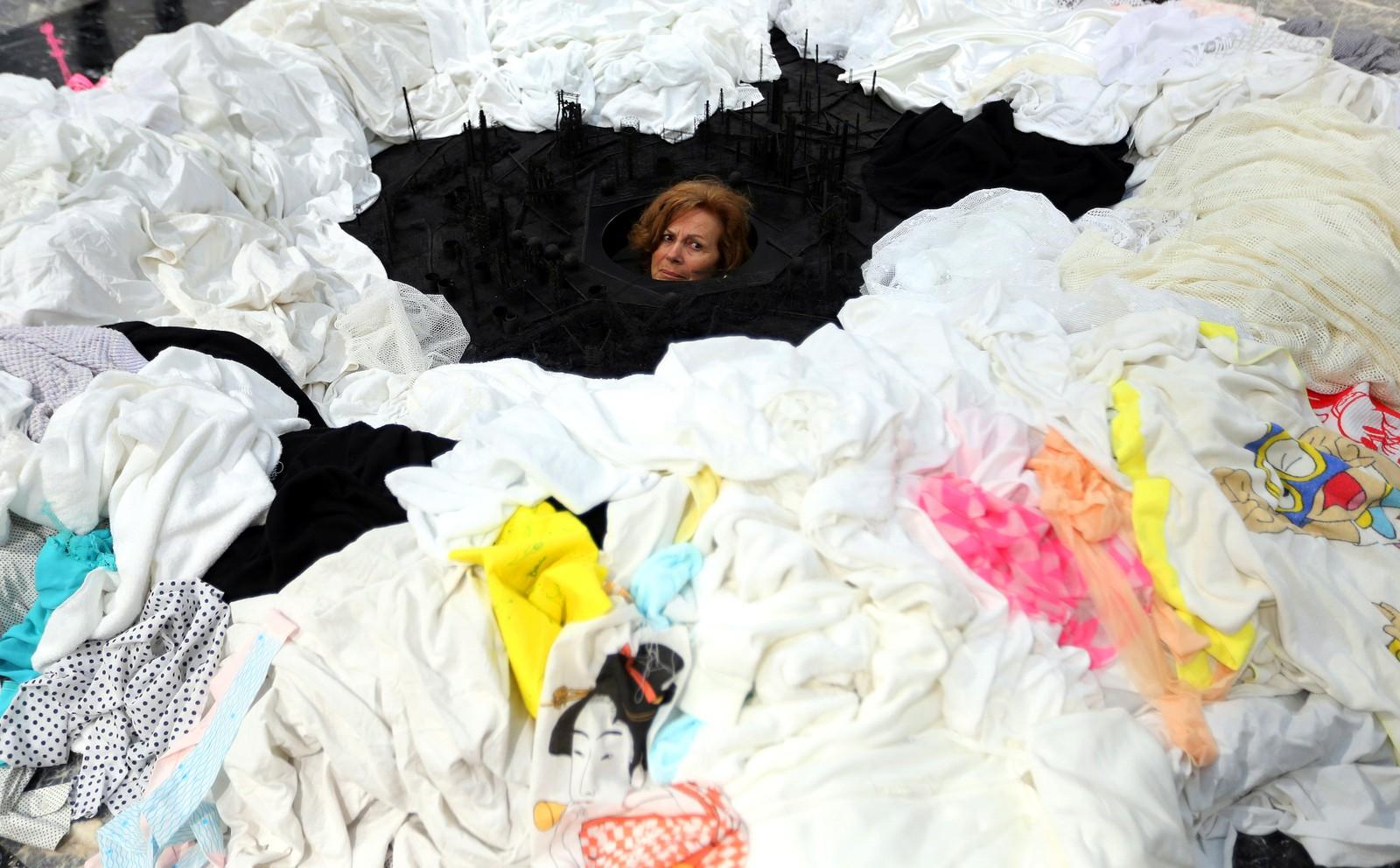 """En kvinne besøker installasjonen """"Out of Disorder"""" laget av Takahiro Iwasaki i den japanske paviljongen under Venezia-biennalen i Italia."""