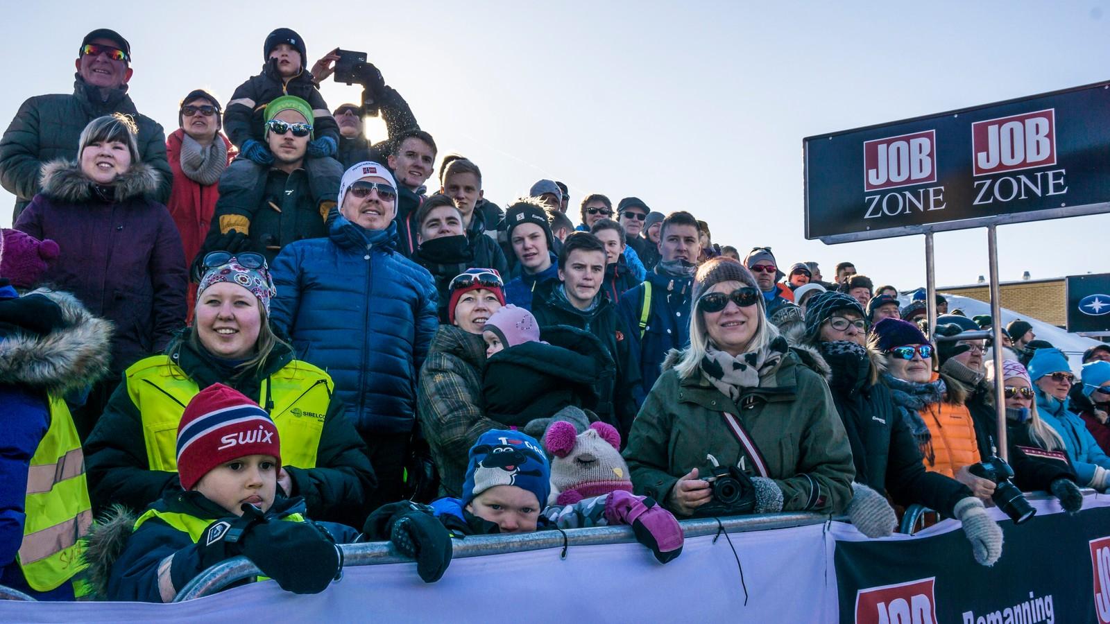 Mange var møtt opp på formiddagen når vinneren av Finnmarksløpet kom inn til mål i Alta.