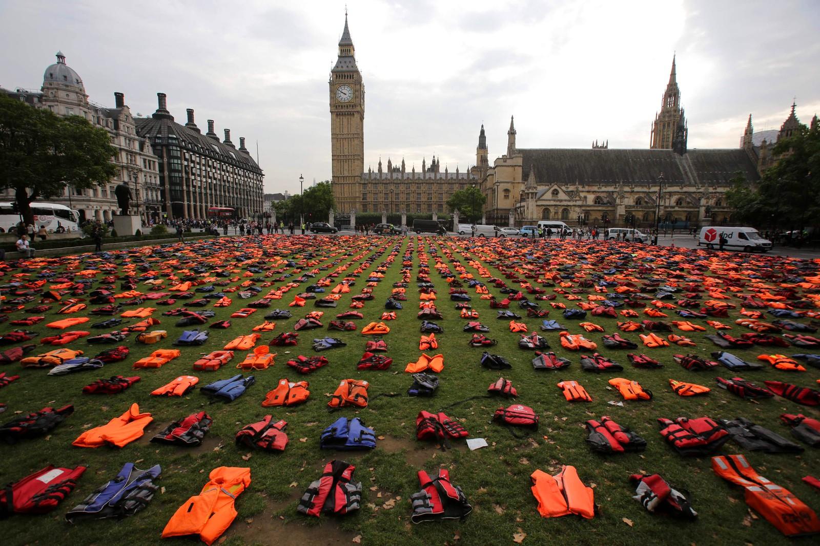 2500 redningsvester ligger på plenen på Parliament Square i London. Alle har blitt brukt av flyktninger som krysset fra Tyrkia til Hellas. Redningsvestene ligger der som en påminnelse om alle de som ikke overlevde forsøket på å nå Europa.