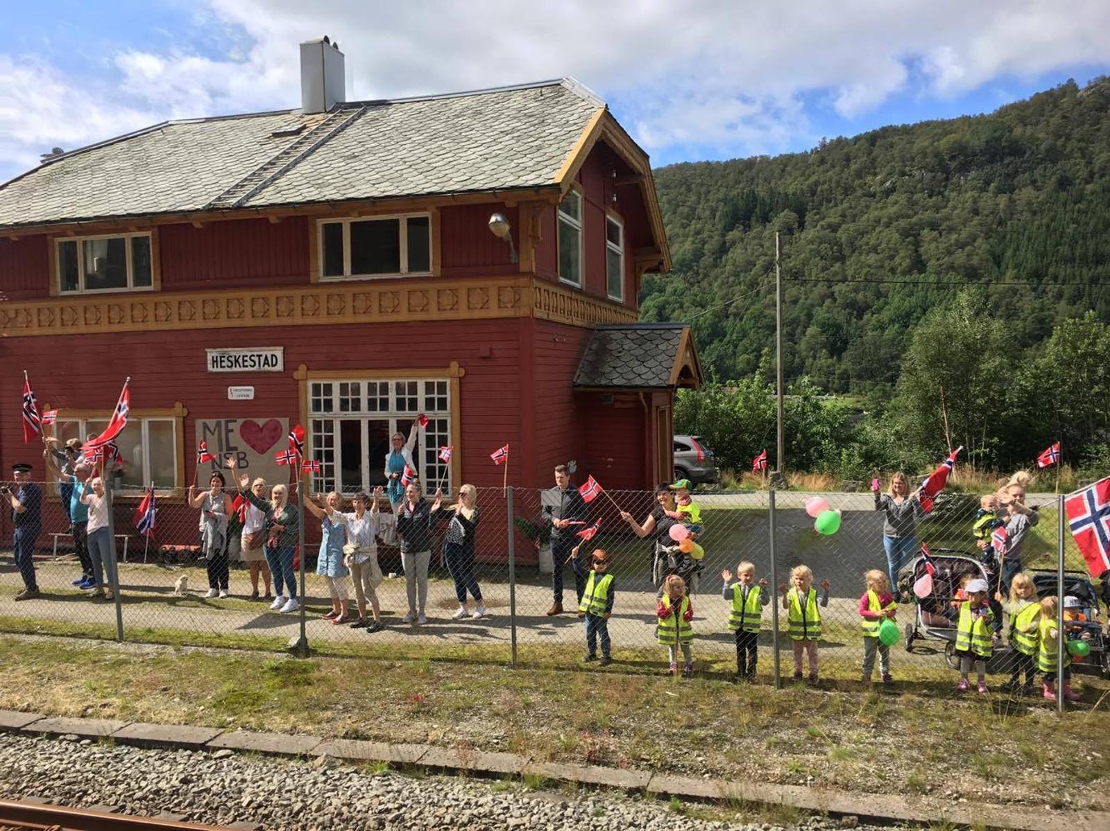Ved Heskestad stasjon var det flere skuelystne som så Sommertoget tøffe forbi.