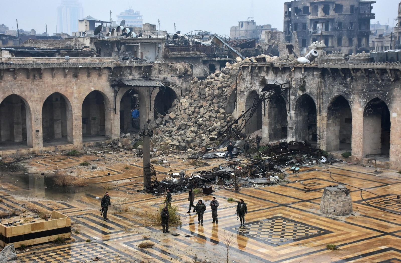 Syriske soldater ved ruinene av en gammel moké i Aleppo 13. desember etter at de har tatt kontroll over området.