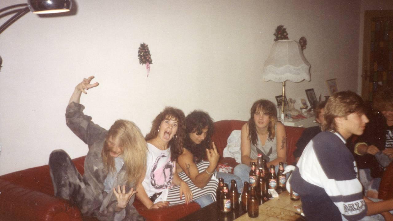 Feststemt ungdom i en sofa. Bildet er veldig tydlig fra sent 80-tall, med tilhørende mote.