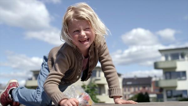 Norsk dramaserie. (6:8) Planleggingsdagen.Sol dukker opp i barnehagen selv om det er planleggingsdag og hun kjeder seg mens de voksne planlegger. Det er først når Sol prøver å lure med seg Birk ut for å leke at det blir fart på sakene.