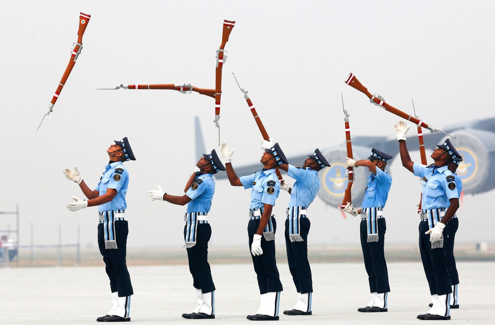 Gevær i været. Indiske soldater fra luftforsvaret øver før en feiring av seg selv i New Delhi i India.