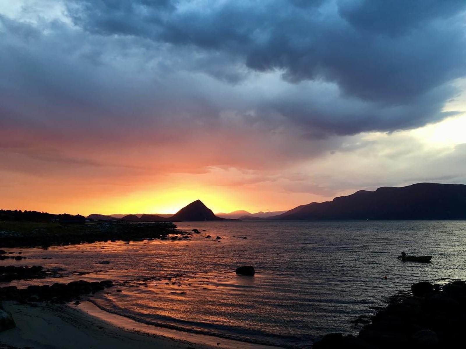 philzeilOn our daily way to work.. philzeil#norge #norway #sunrise #redsky #fireinthesky #nature #ocean #mountains #nrkmogr #nyttiuka #traveldestination #instadaily #photooftheday #mittnorge #mittvestland #autumn