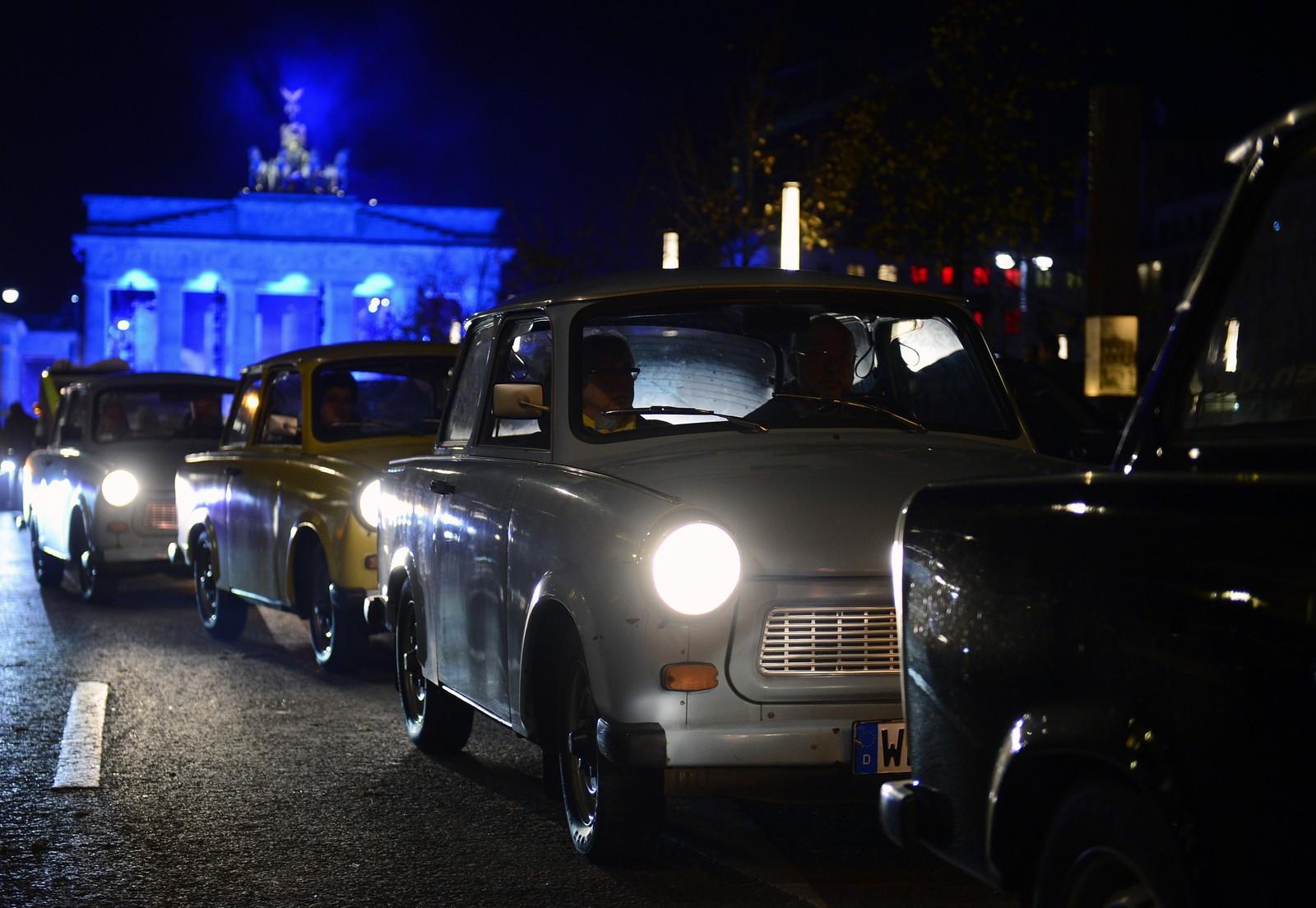 Den østtyske bilen Trabant foran Brandenburger Tor.