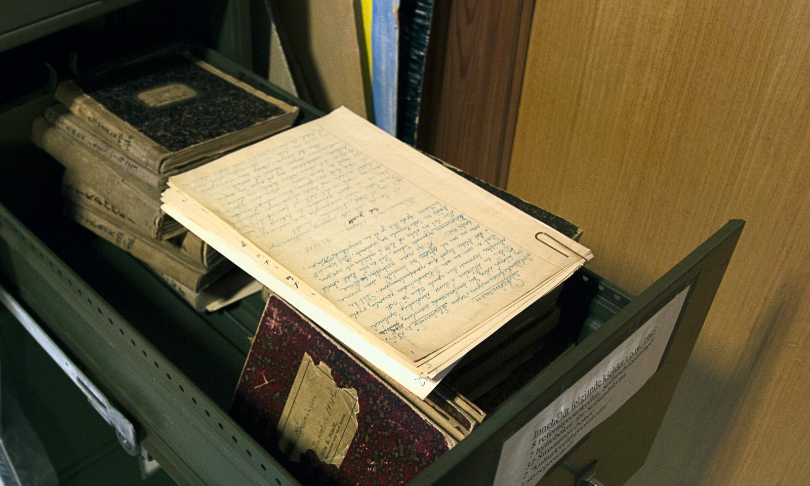 Arkivet er ikke spesielt godt organisert, og det er med andre ord stor sannsynlighet for å finne skatter fra tidligere beboere blant alle papirene.