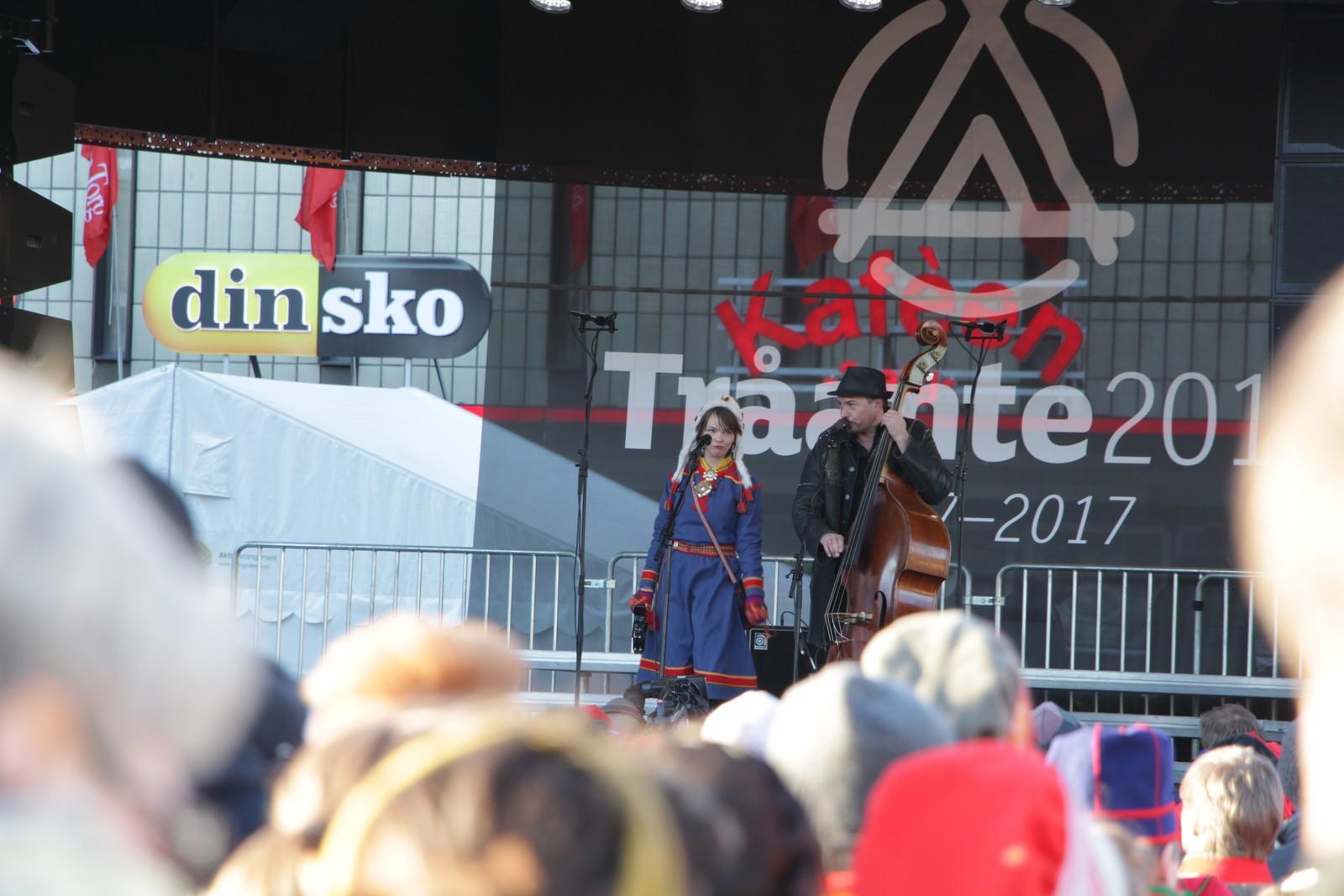 Arvvas ved Sara Marielle Gaup Beaska og Steinar Raknes opptrer på åpningsseremonien.