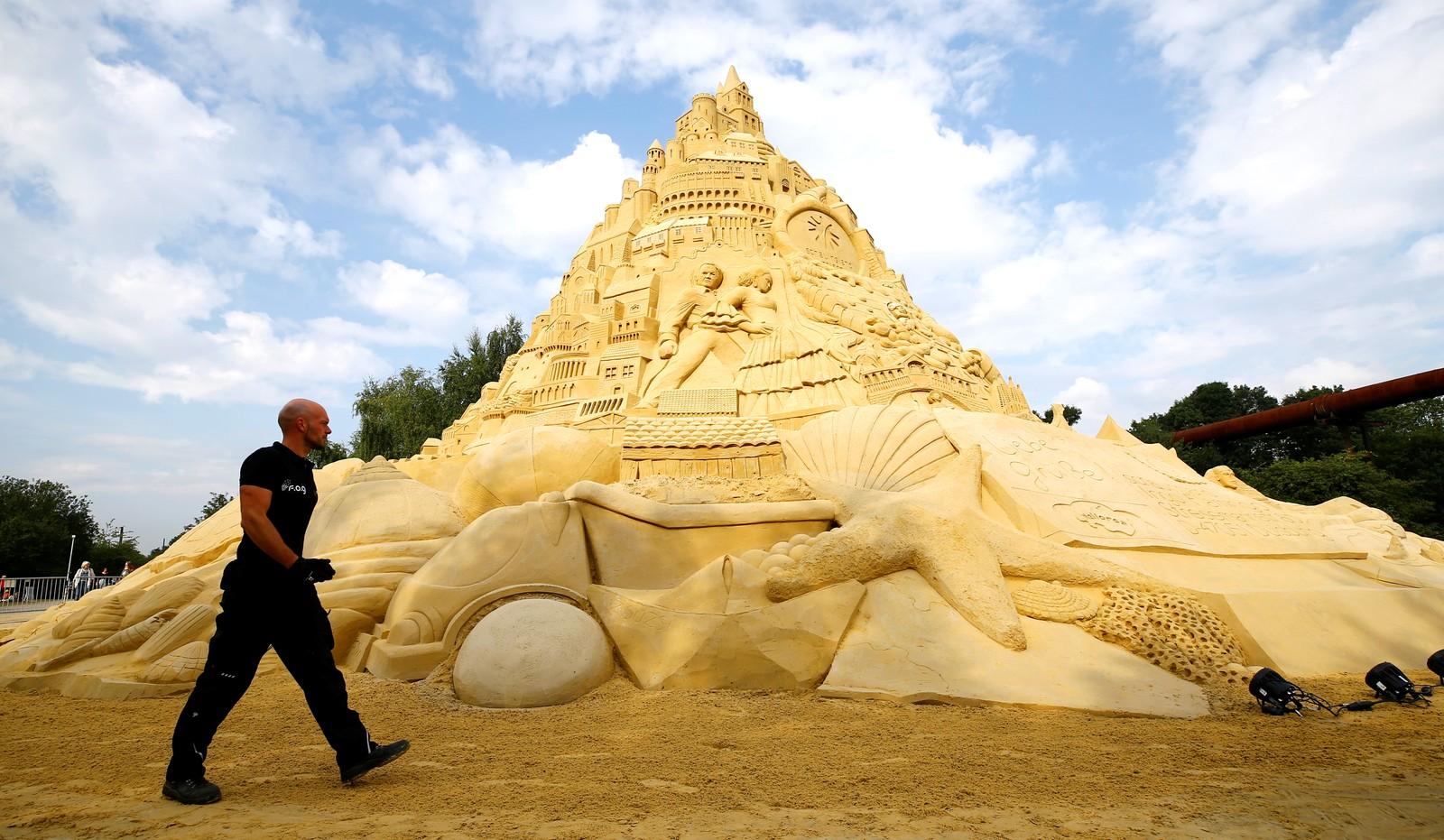 Dette sandslottet på 16,68 meter i Duisburg i Tyskland mener Guinness rekordbok er verdens største noensinne.