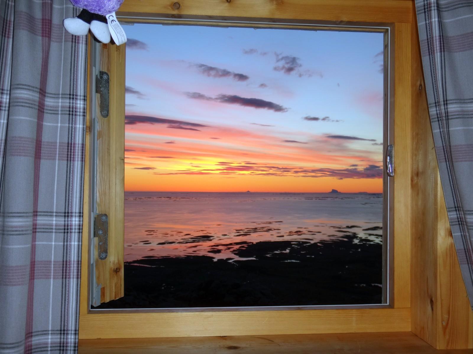 Snakk om fantastisk utsikt fra soveromsvinduet på Vega i Nordland.