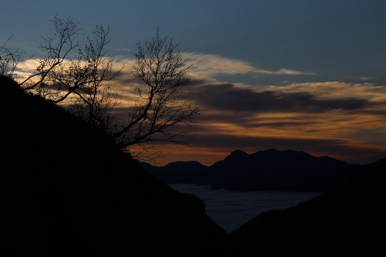 Solnedgong over skoddedekt Nordfjord.