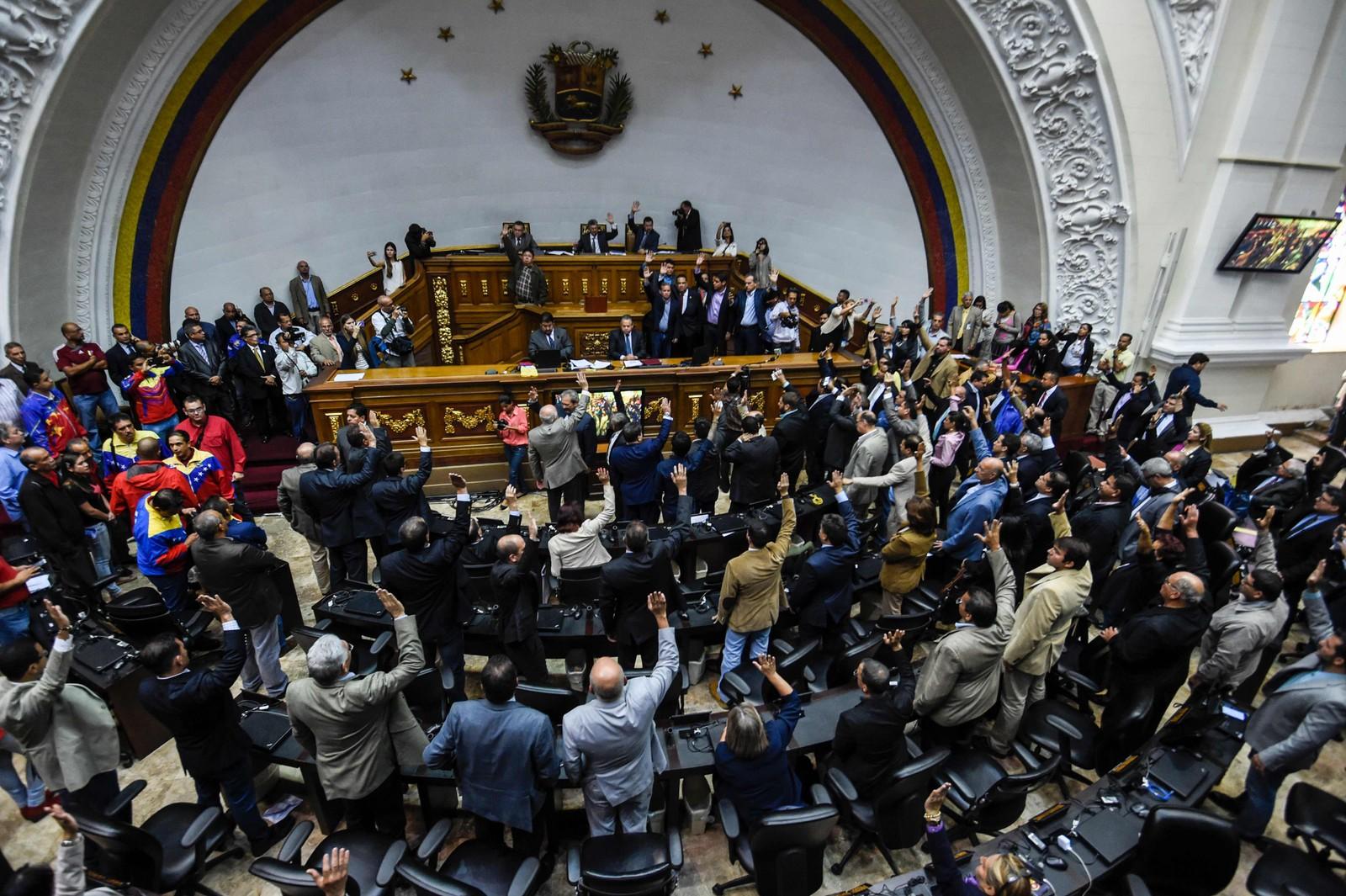 Medlemmer av opposisjonspartiene stemmer for å åpne en politisk straffesak mot sittende president Nicolas Maduro i nasjonalforsamlingen 25. oktober.